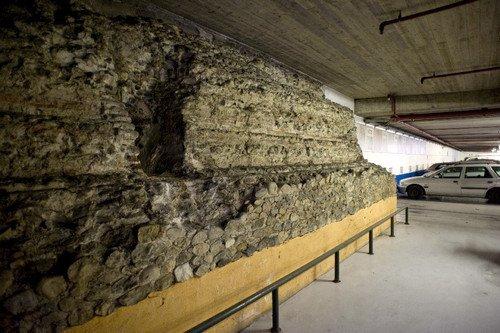 I resti delle mura romane all'interno del parcheggio sotterraneo di piazza Emanuele Filiberto. Fotografia di Marco Saroldi, 2010. © MuseoTorino.