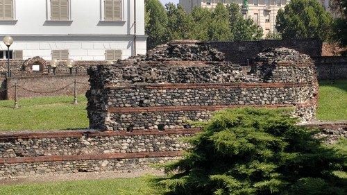 I resti delle mura romane nell'area del teatro e della Porta Palatina. Fotografia di Plinio Martelli, 2010. © MuseoTorino.