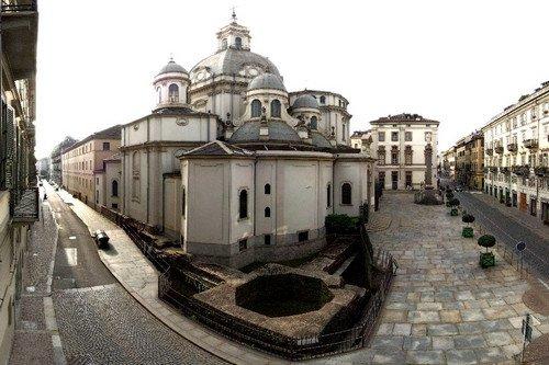 Mura romane: veduta della torre angolare e del santuario della Consolata. Fotografia di Paolo Gonella, 2010. © MuseoTorino