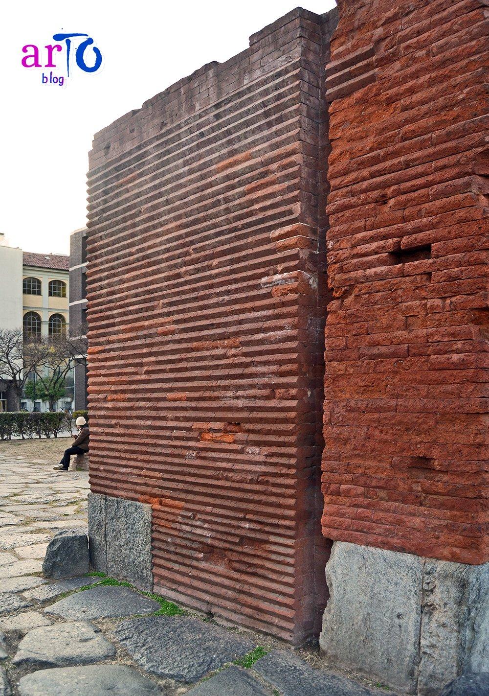 Porta Palatina - particolare delle scanalature delle saracinesche