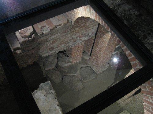 Il tratto di basolato rinvenuto sotto il fornice settentrionale nella sua sistemazione attuale, © Soprintendenza per i Beni Archeologici del Piemonte e del Museo Antichità