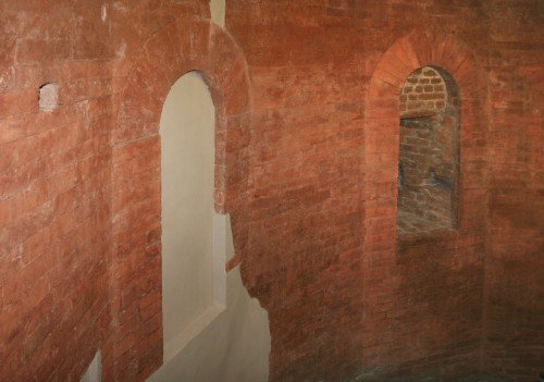 Tracce delle originarie aperture all'interno della torre che chiudeva lateralmente la porta. Fotografia di Enrico Lusso, 2010