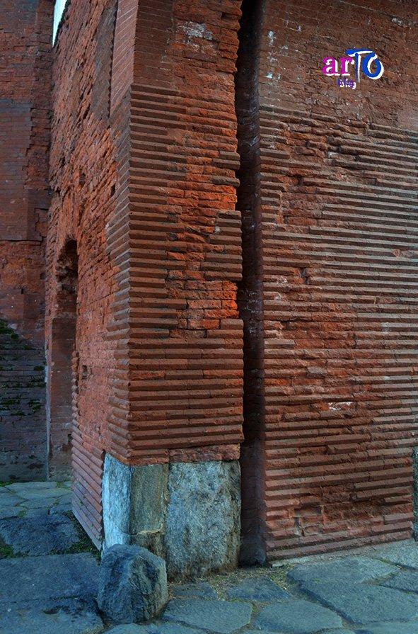 mattoni a vista con spigolo vivo della Porta Palatina