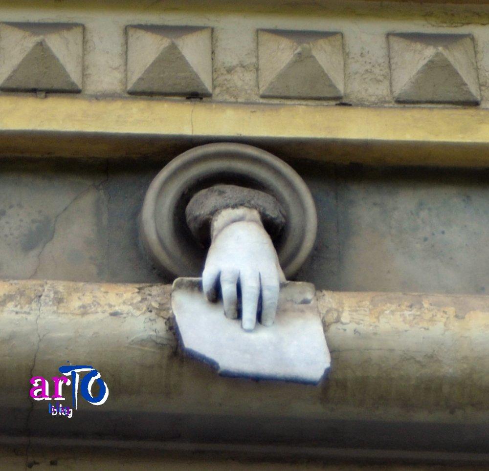 dettaglio mano misteriosa Torino