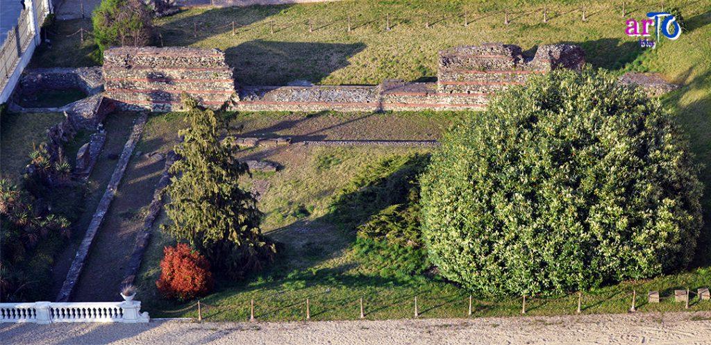 mura romane di Torino all'esterno del Museo di Antichità