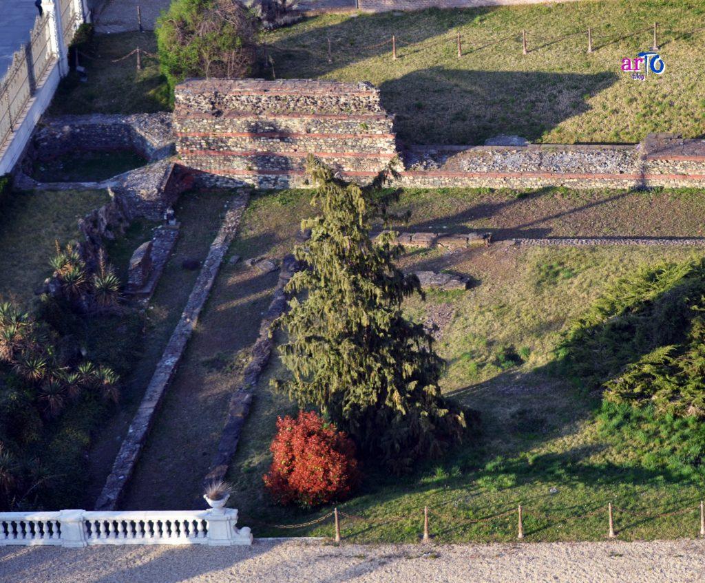 mura romane di Torino - base torre di cortina all'esterno museo antichità