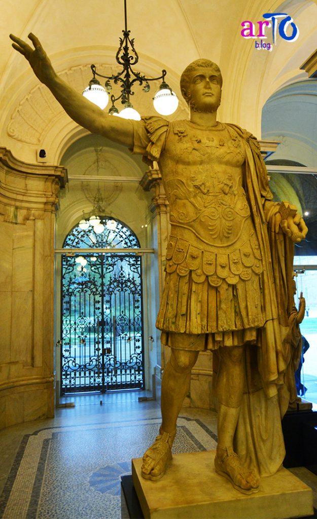nuovo allestimento del Museo di Antichità di Torino - statua di comandante romano